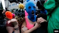 Rusi - Anëtaret e maskuara të Pussy Riot, pas lirimit nga stacioni policor në Adler, që gjendet afër Sochit, 18 shkurt, 2014