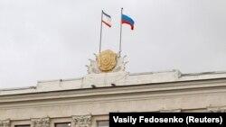 Флаги Крыма и России на здании крымского правительства, 14 марта 2014 года (иллюстрационное фото)
