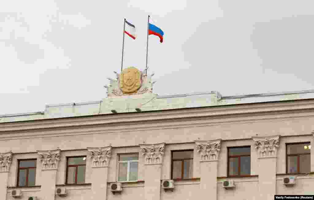 5 марта 2014, Симферополь. Российский и крымский флаги на здании правительства