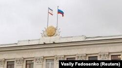 Прапори Криму і Росії на будівлі кримського уряду, 14 березня 2014 року (ілюстративне фото)