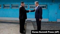 Ким Чен Ын и Мун Чжэ Ин пожали друг другу руки и посадили сосну