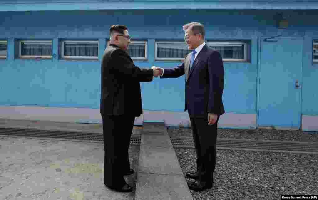 Қос Корея президенттері қол алысқан сәт.