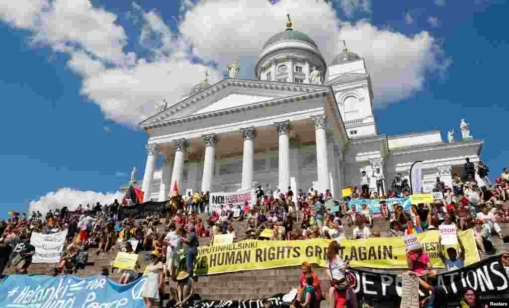 Як передає кореспондент Радіо Свобода, серед протестувальників – багато українців