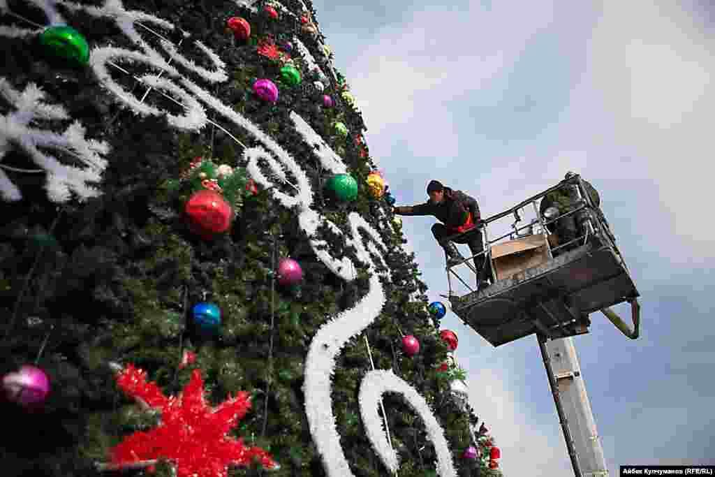 """Всего в столице будет установлено 13 елок. Самая большая из них высотою в 25 метров будет радовать горожан на главной площади """"Ала-Тоо"""""""
