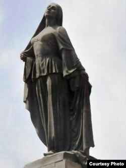 Bakıda azad qadın heykəli