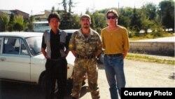 Журналист Брюс Панниер (оңдо) Баткенде жергиликтүү тургундар менен, 1999-жылдын август жана сентябрь айлары.