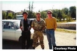 Брус Панниер (ўнгда) маҳаллий ҳарбий билан) 1999 йил