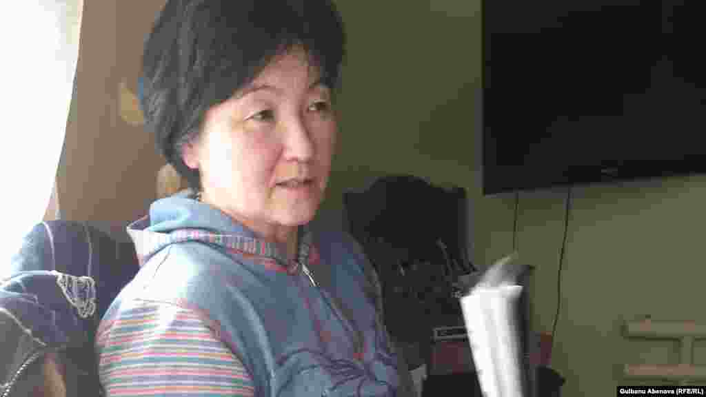 Жанар Темиргалиева построила дом на шести сотках в 2004 году. У нее трое детей. Она говорит, что не согласилась с предложенной властями компенсацией за снос, после чего ее дело передали в суд.