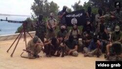 Скриншот размещенного в Интернете видеоролика, герои которого - предположительно выходцы из Таджикистана, воюющие в Сирии на стороне ИГ.