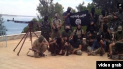 """Сириядағы тәжік """"жиһадшылары"""" деп, мамыр айында жарияланған видеоның скриншоты. """"Ислам мемлекеті"""" экстремистік ұйымына 200-дей Тәжікстан азаматы қосылған деген ақпарат бар."""