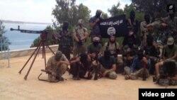 """Сирияда соғысып жатыр деген тәжік """"жиһадшылары"""". Видеодан алынған скриншот."""