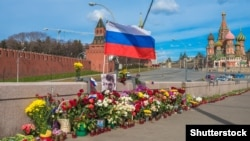 Цветы и портрет Бориса Немцова на мосту у Кремля. Москва, 13 апреля 2015 года. Иллюстративное фото.