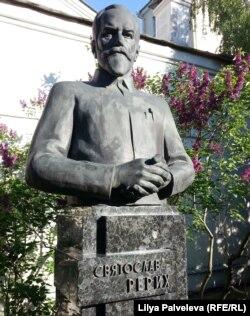 Памятник дарителю Святославу Рериху