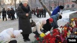 Жители Перми возлагают цветы на месте трагедии