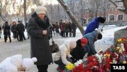 """Цветы у сгоревшего клуба """"Хромая лошадь"""" в Перми"""