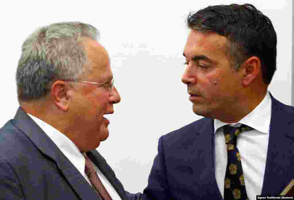 МАКЕДОНИЈА / ГРЦИЈА - Министрите за надворешни работи на Македонија и на Грција, Никола Димитров и Никос Коѕијас на средба во Солун, како што информираат од МНР, имале добар разговор со фокус на унапредувањето на билатералните односи и градењето доверба. Тие изразиле заедничко очекување дека на претстојниот состанок на 17 јануари преговарачот на ОН во спорот за името, Метју Нимиц, ќе стави на маса инцијална рамка со која суштински ќе се оствари напредок во надминувањето на разликата околу прашањето.