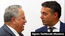 მაკედონისა და საბერძნეთის საგარეო საქმეთა მინისტრები, ნიკოლა დიმიტროვი (მარცხნივ) და ნიოკოს კოციასი.