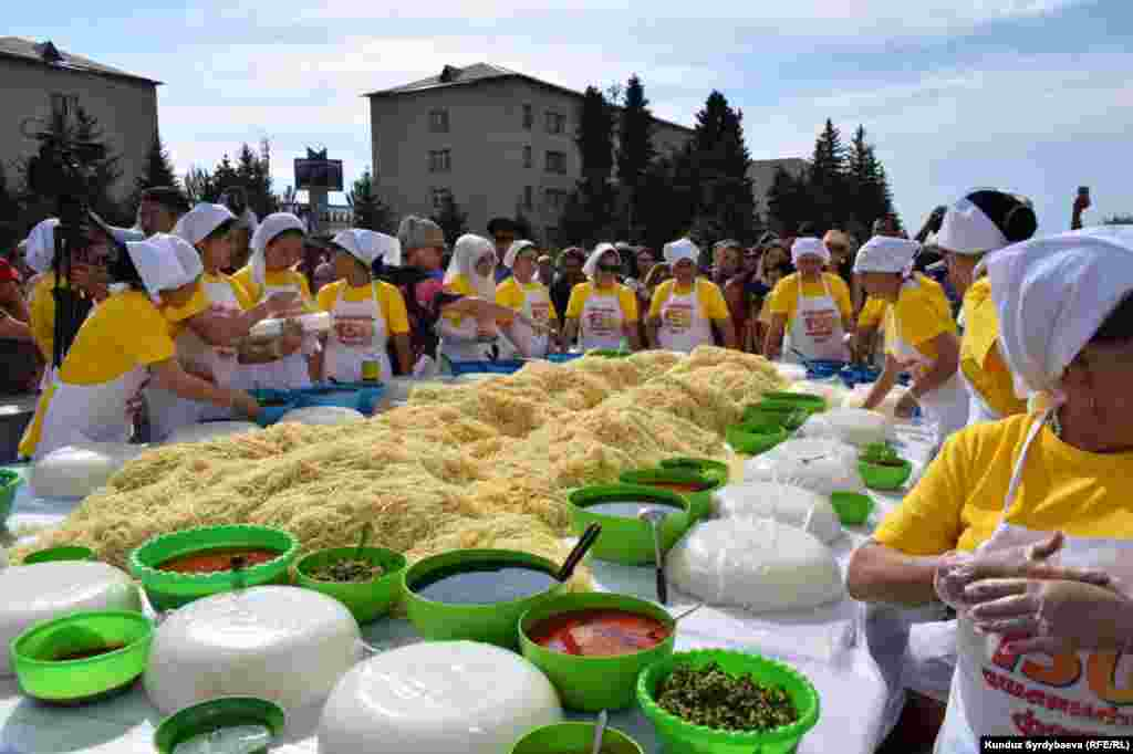 Отведать ашлям-фу из рекордной порции собралось много людей. Блюдо раздавали около 20 женщин.