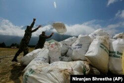 ارتش نپال در حال جمعآوری زباله خیل عظیم کوهنوردان در اورست است؛ شش خرداد