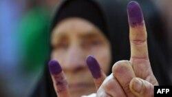 نسوة يلوحن بأصابعهن البنفسجية بعد عملية إقتراع في النجف في إنتخابات عام 2005