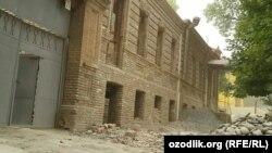 Полуразрушенное здание в исторической части города Самарканда.