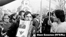 """Участници в шествието на """"Екогласност"""" на 3.11.1989 г. На плаката има снимка на Михаил Горбачов. Снимка: Иван Бакалов"""