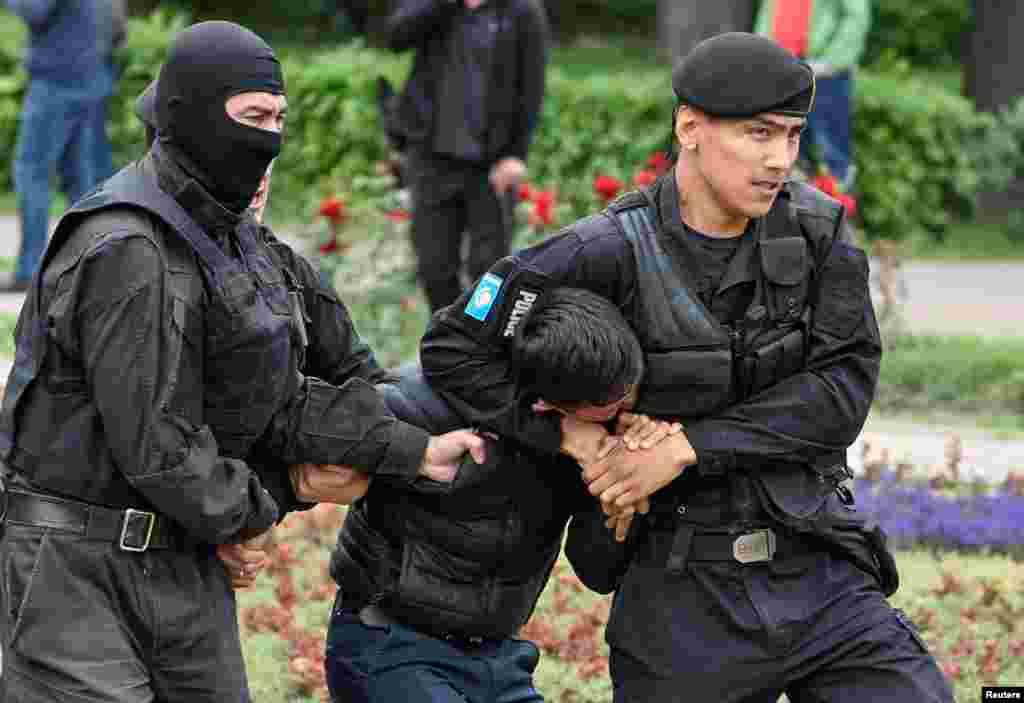 Vlast.kz сайтының хабарлауынша, арнайы жасақ ұсталғандарды полиция департаментіне апарып жатыр. Алматы, 9 маусым 2019 жыл.