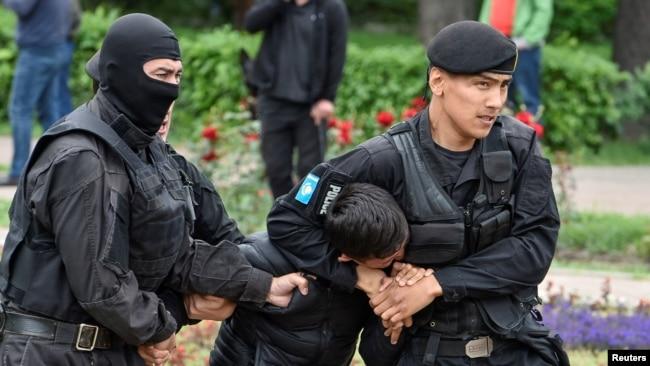Полицейский спецназ задерживает человека в Алматы. 9 июня 2019 года.