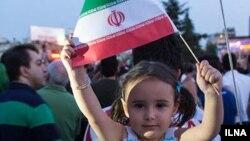 Ребенок с иранским флагом. Иллюстративное фото.