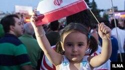 Иран туын ұстап тұрған кішкентай қыз бала. (Көрнекі сурет)
