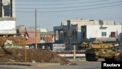 Қаладағы алаңда тұрған әскери танк. Хула, Сирия, 10 қазан 2011 ж.