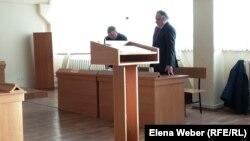 Судебный процесс по гражданскому иску директора лицея к отделу образования. На переднем плане - истец Игорь Пашин. Темиртау, 20 февраля 2018 года.