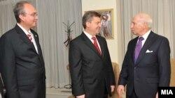 Архивска фотографија: преговарачот Зоран Јолевски, претседателот Ѓорге Иванов и медијаторот на ОН Метју Нимиц.
