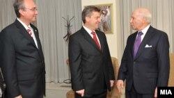 Архивска фотографија -Преговарачот Зоран Јолевски, претседателот Ѓорге Иванов и медијаторот Метју Нимиц.