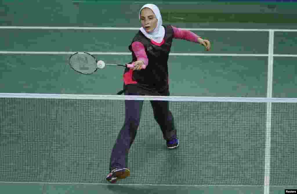İran tennisçisi Hacıağa Soraya hind həmkarı ilə yarışda. Cənubi Koreya, 25 sentyabr 2014