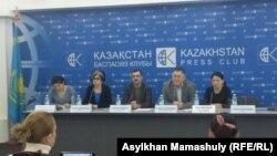 Участники пресс-конференции комитета по защите журналиста Жанболата Мамая. Алматы, 23 февраля 2017 года.