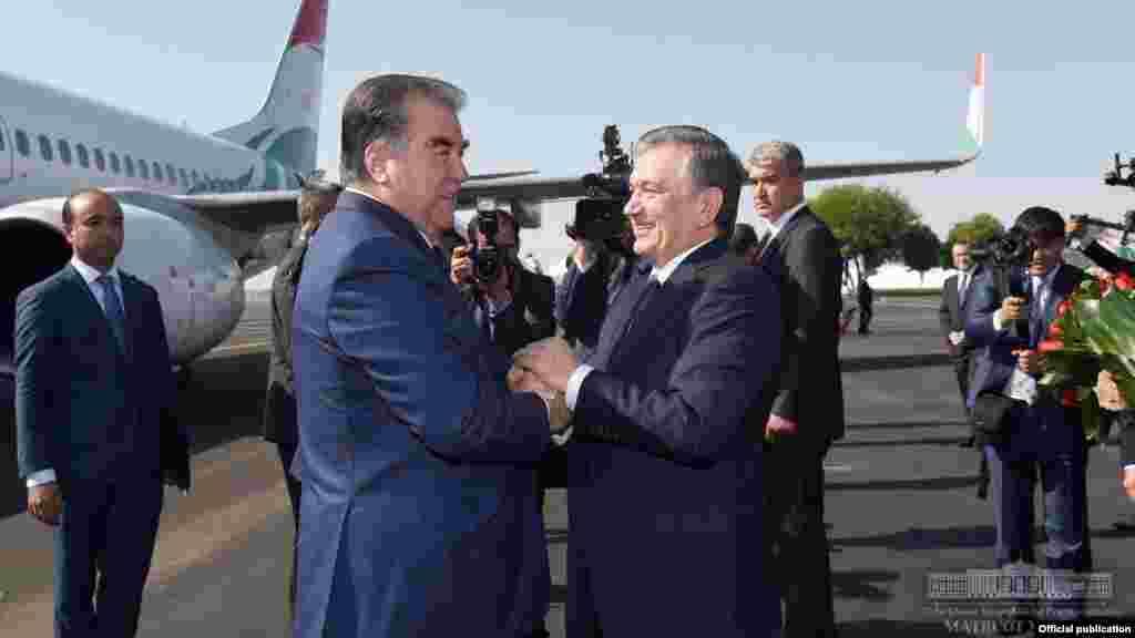 Ташкент әуежайында тілдесіп тұрған екі президент.Ташкент, 17 тамыз 2018 жыл