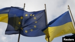Флаг Европейского союза между флагами Украины.