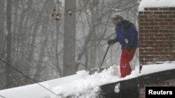 Очистка крыши от снега в штате Вирджиния. Фоллс-Черч, 23 января 2016 года.