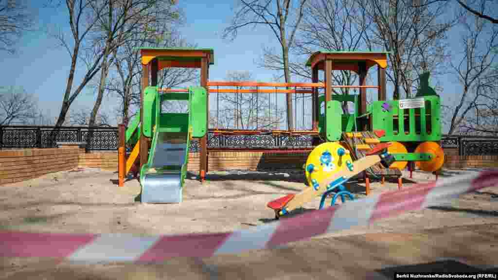 Дитячі майданчики, на яких гуляти заборонено, обтягнуті обмежувальними стрічками. Штраф за перебування на цих майданчиках коливається від 17 до 34 тисяч гривень