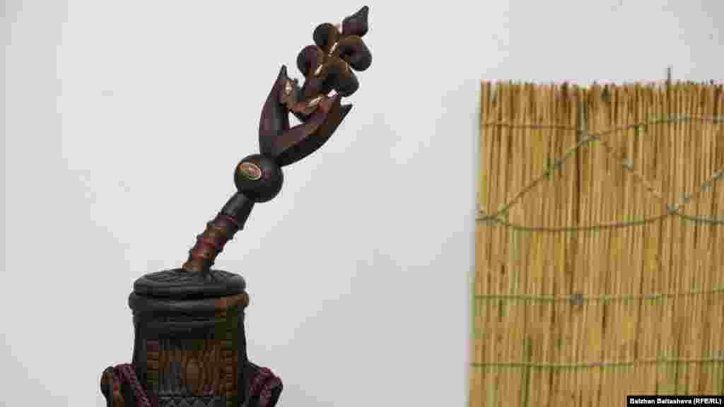 Узоры же на традиционных сосудах были не только украшением, но и имели магический характер, играли роль оберегов от «порчи и сглаза», «заклинаний», тем самым обеспечивая «чистоту» содержимой в них пищи.