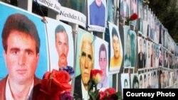 Fotografitë e personave të pagjetur, të vendosura në rrethojat e Kuvendit të Kosovës.