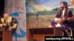 Айтыскерлер Айтбай Жұмағұлов (сол жақта) пен Ринат Зайытов. Алматы, 12 ақпан 2011 жыл.