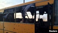 Donetskdə atəşə tutulmuş avtobus