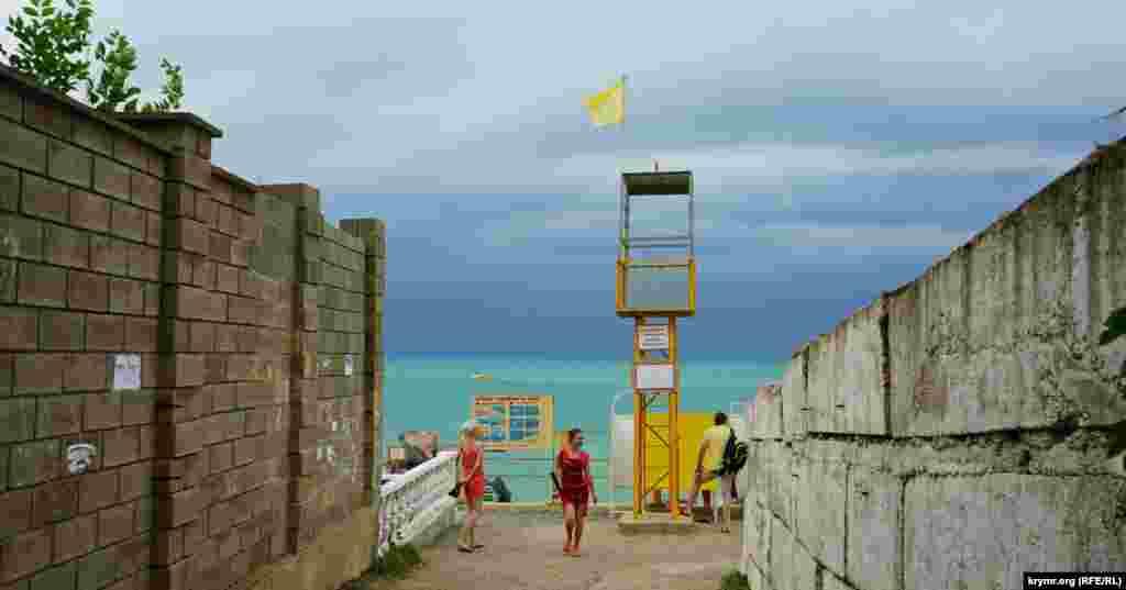 Вход на единственный обустроенный пляж Николаевки – пляж отеля «Савита»