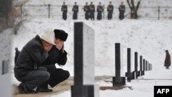Мужчины поминают погибших в апрельских событиях в Кыргызстане, в результате которых был свергнут президент Курманбек Бакиев. Село Чон-Таш, 16 ноября 2011 года.