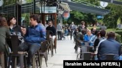 Qytetarët vërshojnë sheshet, kafenetë dhe dyqanet pas lehtësimit të masave