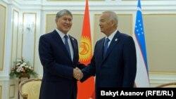 Қырғызстан президенті Алмазбек Атамбаев (сол жақта) пен Өзбекстан президенті Ислам Каримов.