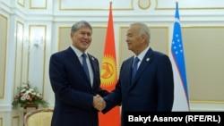 Президент Кыргызстана Алмазбек Атамбаев и президент Узбекистана Ислам Каримов (справа).