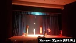 Постановка спектакля «Үлкен сұрақ» («Большой вопрос») на сцене театра имени Тахауи Ахтанова. Актобе, 25 февраля 2018 года.